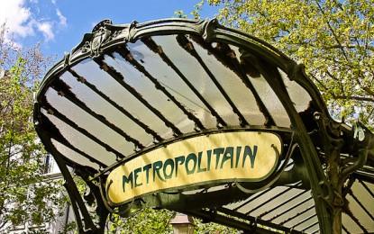 La victime volée et poussée sur les rails du métro